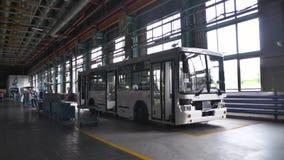 Изготовление продукции шины место Внутренняя фабрика автобуса Почти готовые автобусы на фабрике Концепция автобусов пассажира акции видеоматериалы