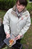 изготовлять компост женщина овощей стоковые изображения rf