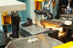 Изготовление кожаной обуви в мастерской стоковое изображение rf