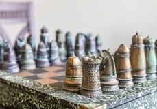 Изготовленный на заказ комплект шахмат в свете окна Стоковые Фотографии RF