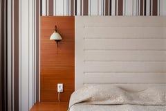 Изголовье и кровать в чистом гостиничном номере Стоковые Фотографии RF