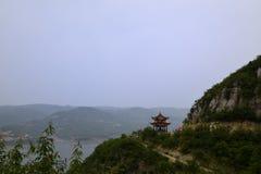 Гора и павильон в расстоянии стоковое фото rf