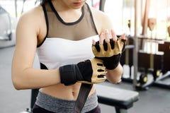 Изделия женщины перчатка фитнеса в спортзале фитнеса стоковое изображение