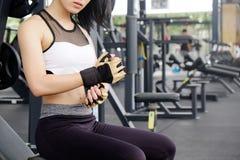 Изделия женщины перчатка фитнеса в спортзале фитнеса стоковое фото rf