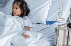 Излечите инфлуензу вирус или ребенк гриппа H1N1 азиатский на больничной койке стоковое изображение