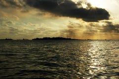 излучает заход солнца Стоковая Фотография RF