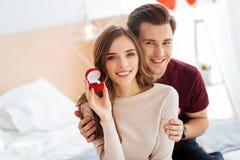 Излучающая девушка демонстрируя кольцо с бриллиантом после предложения Стоковые Изображения