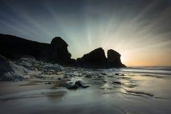 Излучающее небо, пляж Porthcothan, Корнуолл стоковые фото