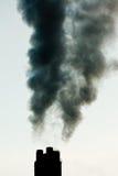 Излучение дыма промышленных печных труб загрязнения черное Стоковые Фотографии RF
