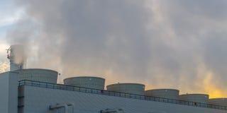 Излучение шлейфов пара от электростанции в Юте стоковая фотография