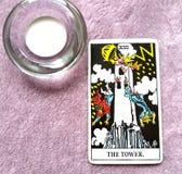Изменение карточки Tarot башни неожиданное и непредвиденное, переворот, разрушение, руины, катастрофа стоковая фотография