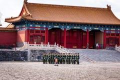 Изменение предохранителя на запретном городе, солдаты маршируя в образование стоковое изображение
