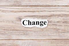 Изменение слова на бумаге Концепция Слова изменения на деревянной предпосылке Стоковые Фотографии RF