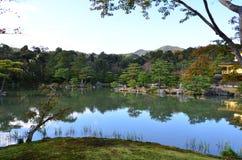Изменение Япония цвета листьев Kinkakuji стоковая фотография