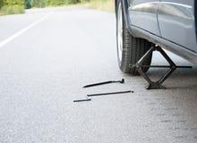 Изменять колесо автомобиля Стоковая Фотография RF