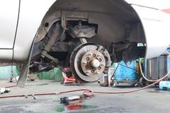 Изменять колесо на автомобиле Стоковые Фотографии RF