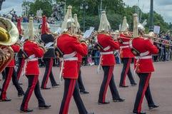 Изменять предохранителей на Букингемском дворце стоковая фотография rf
