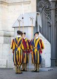 Изменять предохранителя предохранителя известного швейцарского в Ватикане Стоковые Фотографии RF