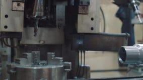Изменять сверло на машине CNC сверля видеоматериал