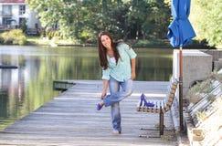 изменяя женщина ботинок способа падения счастливая Стоковое Изображение