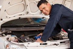 Изменяя масло автомобиля Стоковые Изображения