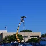 Изменяя электрические лампочки в месте для стоянки Стоковое Изображение