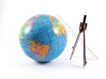 измерение глобуса расстояния проводит стоковая фотография