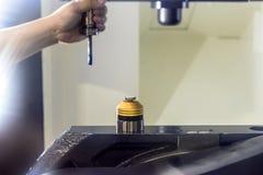 Измерение длины инструмента на машине CNC Стоковая Фотография RF