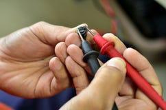 Измерение емкости цифрового вольтамперомметра Стоковое Изображение