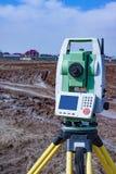 Измерение земли для конструкции Теодолит геодезический измеряя итог инструмента станции Стоковое Изображение