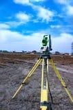 Измерение земли для конструкции Теодолит геодезический измеряя итог инструмента станции Стоковые Изображения