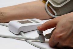 Измерение кровяного давления с tonometer Тумак для воздуха, груши для инфляции, соединяясь дактирующ мягкие резиновые трубки стоковые изображения rf