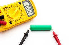 Измерение напряжения тока батареи Стоковое Фото