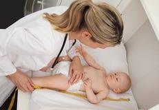 Измерение доктора размер младенца стоковые фотографии rf
