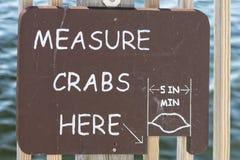 Измерение crabs здесь знак Стоковые Фотографии RF