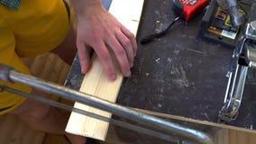 Измерения и пилы плотника с части доски видеоматериал