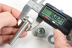 Измерения цифровым крумциркулем в мастерской руке ` s Стоковое Изображение RF