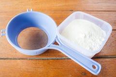 Измеренная мука смешивания хлебопекарни и сетка Стоковые Изображения RF