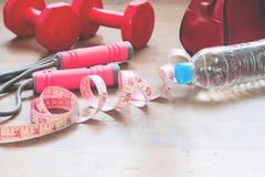 Измерять-лента и оборудования спорта для женщины красоты, здоровый и диеты Стоковое Изображение RF