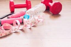 Измерять-лента и оборудования спорта для женщины красоты, здоровый и диеты Стоковое Фото