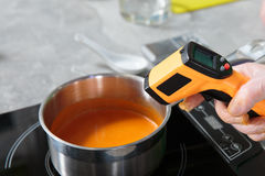Измерять температуру cream супа Стоковое фото RF