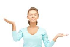 Измерять что-то на ладонях ее рук Стоковая Фотография RF