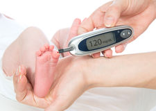 Измеряя анализ крови глюкозы ровный от гонорара младенца ребенка диабета стоковое изображение rf