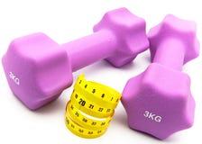 Оборудование спортов для занятия лентой fitness.measuring и и розовыми гантелями Стоковые Изображения