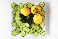 Измеряя лента обернутая вокруг лимона & огурца Стоковое Фото