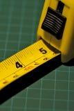 измеряя желтый цвет ленты Стоковая Фотография
