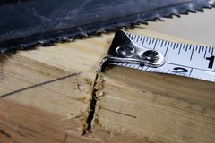 Измеряя инструменты в мастерской плотничества Стальная измеряя лента дальше Стоковая Фотография RF