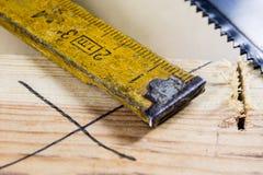 Измеряя инструменты в мастерской плотничества Стальная измеряя лента дальше Стоковые Фотографии RF