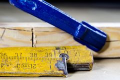 Измеряя инструменты в мастерской плотничества Стальная измеряя лента дальше Стоковые Изображения RF
