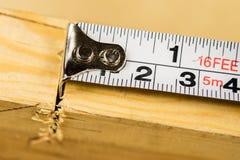 Измеряя инструменты в мастерской плотничества Стальная измеряя лента дальше Стоковое Изображение RF